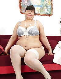 Naughty mature beegBBW playing with herself