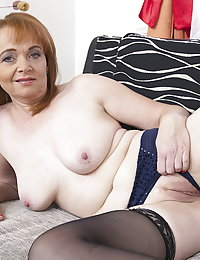 Naughty mature beeglady playing with her dildo